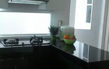Putih hitam rancangan dapur Bendungan Hilir