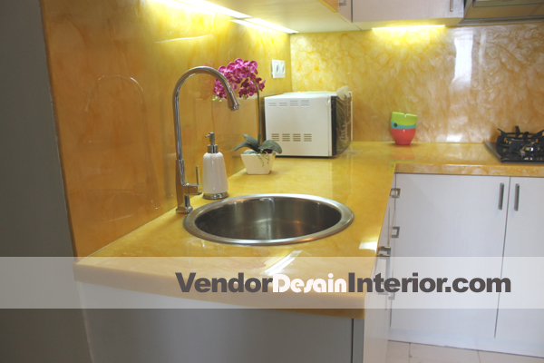 Interior Dapur dan Kitchen Set Kuning Putih