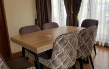 Interior Desain Meja Makan dan Sofa di Puncak